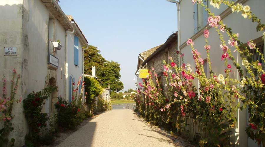 Flowered-streets-of-Talmont